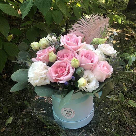 Композиция из роз и лизиантуса