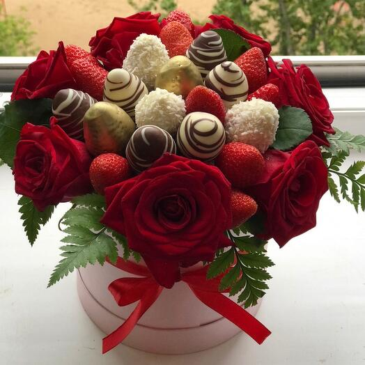 Клубника в шоколаде с розами в коробке