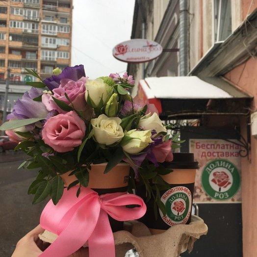Красивые свежие цветы и вкусный кофе