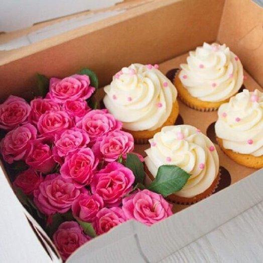 Кустовые розы и 4 капкейка