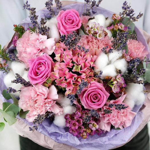 Стильный букет из роз и гвоздик с лавандой и хлопком
