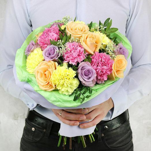 Букет из гвоздик роз гипсофилы и зелени: букеты цветов на заказ Flowwow