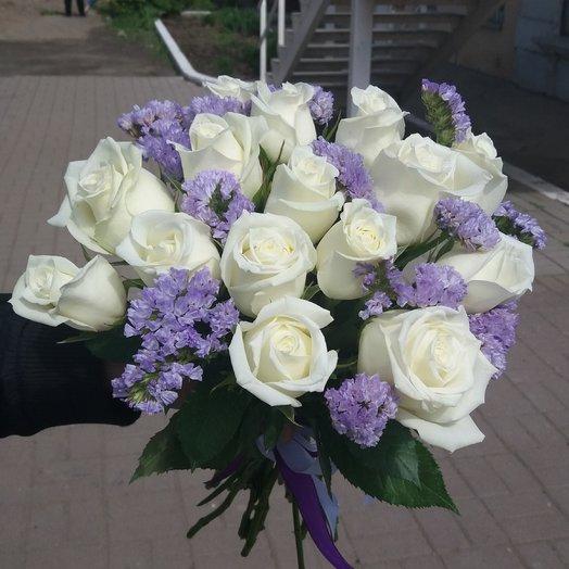 Букет из 15 белых роз с голубой статицей. Незабудка
