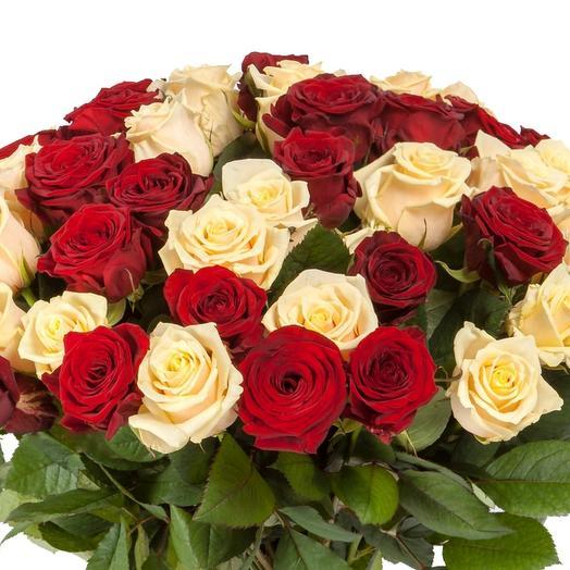 51 белой и красной местной розы: букеты цветов на заказ Flowwow