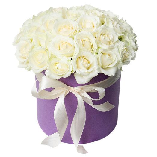 Белые розы в фиолетовой шляпной коробке