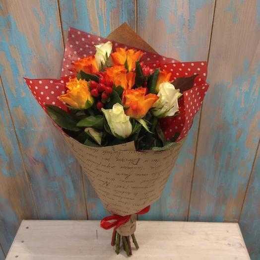 Букет из роз и гиперикума в крафте: букеты цветов на заказ Flowwow