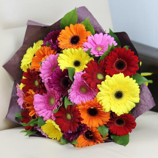 25 гербер с зеленью: букеты цветов на заказ Flowwow