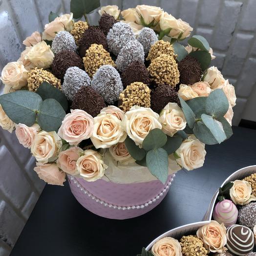 Шляпная коробка с Розами и клубникой в шоколаде