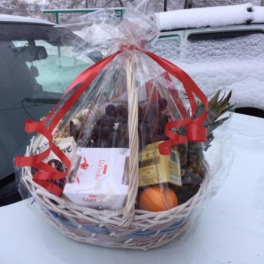 Подарочная корзина с фруктами, чаем и конфетами