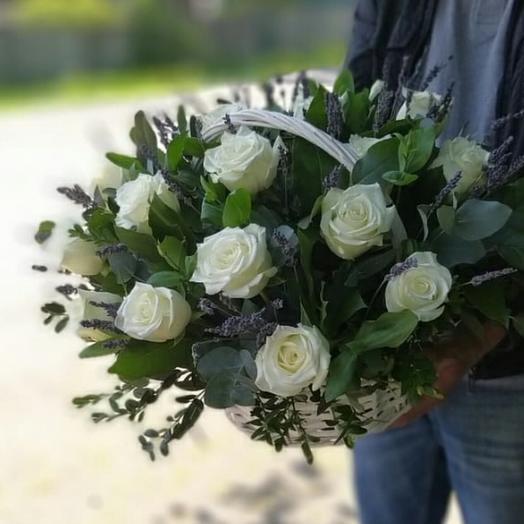 Корзина из Белых Роз с лавандой
