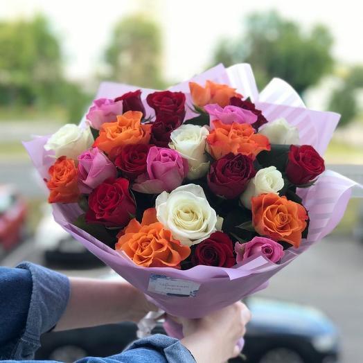 Красивый микс кенийских роз из 25 шт в дизайнерской упаковке
