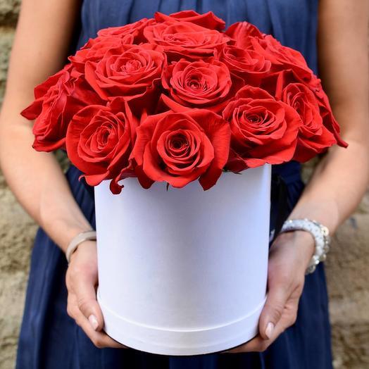 Шляпная коробочка из 17 красных роз премиум
