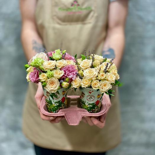 Композиция в кофейных стаканчиках с розами и лавандой