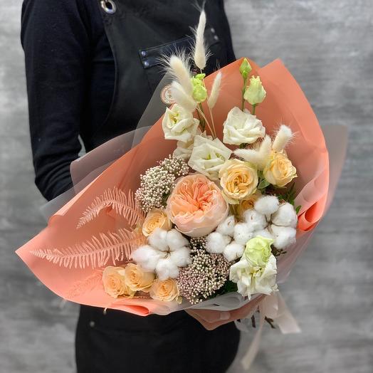 Очаровательный букет с пионовидной розой и нежным хлопком