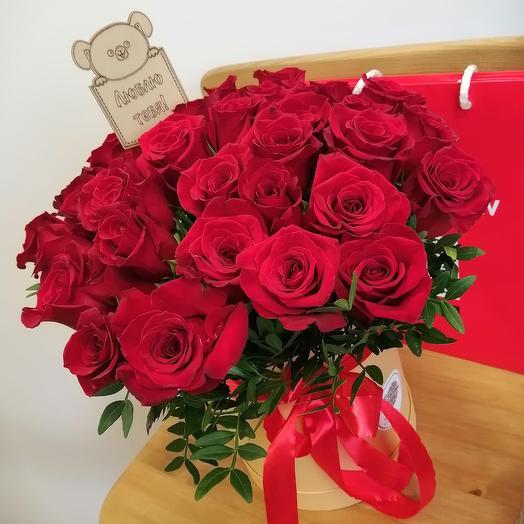 Красные розы в шляпной коробочке