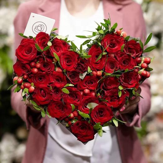 Розы с гиперикумом в коробке