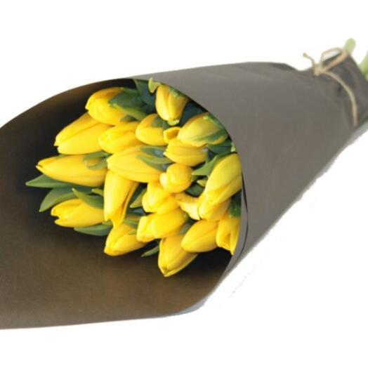 15 желтых тюльпанов в упаковке