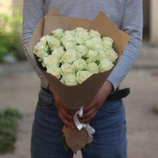 Букет из белых роз в крафте