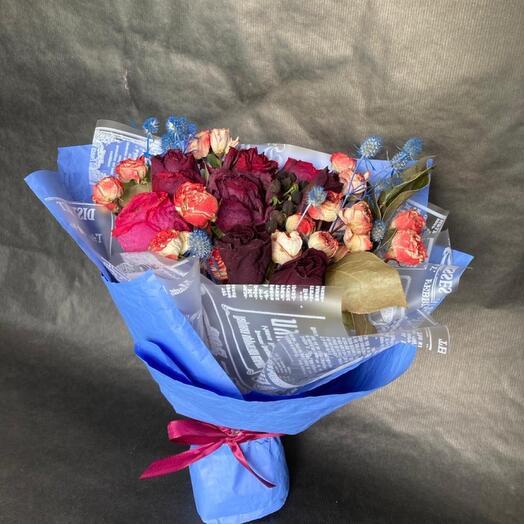 Букет из сухоцветов в синей упаковке
