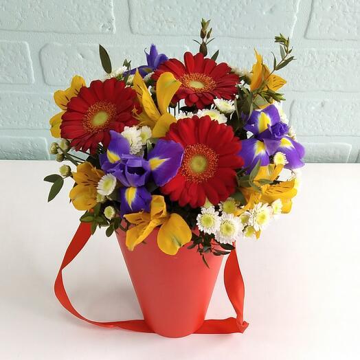 Цветы в коробке Красные герберы и  ирисы