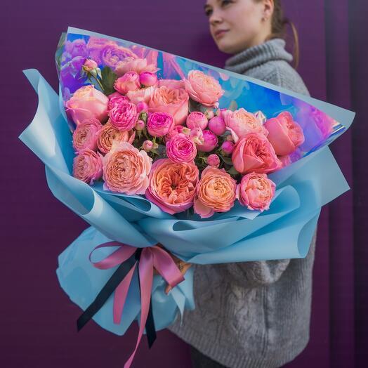 Яркий букет из пионовидных роз