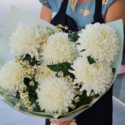 Букет из белых крупноголовых хризантем и ромашек
