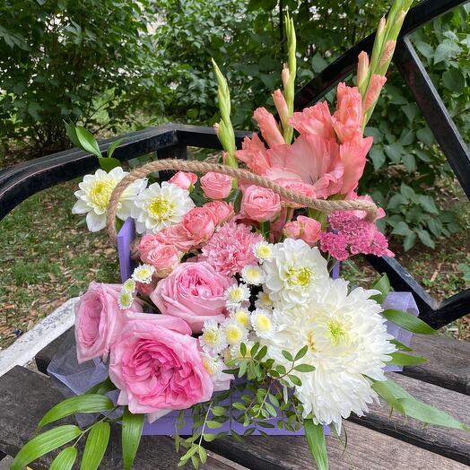 Цветы в деревянной коробке