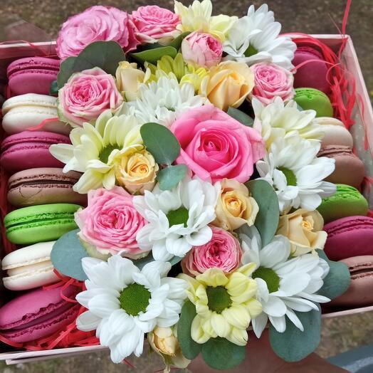 """Цветы в коробке """"Наслаждение"""" с макарунами"""