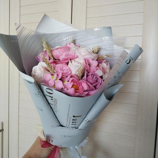 Розовый букет из мыльных цветов