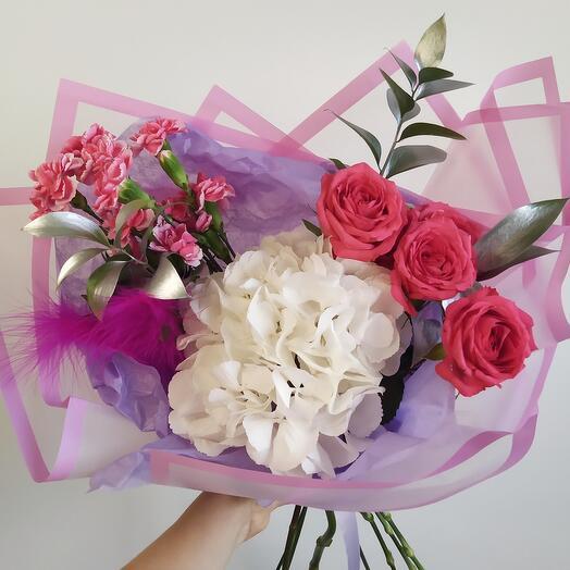 Букет с гортензей и кустовой розой