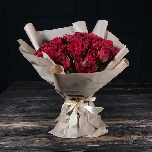 35 красных роз в крафте