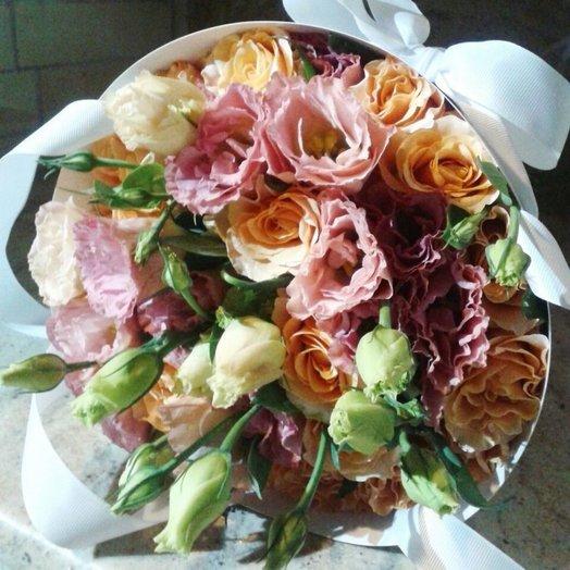 Букет в конверте из роз и лизиантуса
