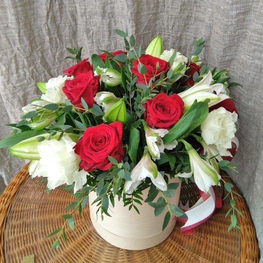 Шляпная коробка с розами и лилией