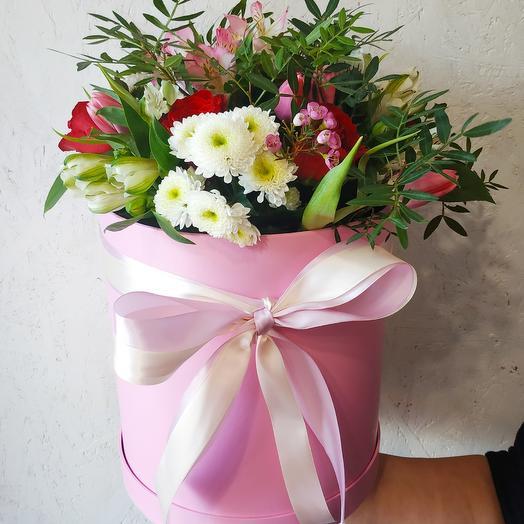 Шляпная коробка с альстромериями, тюльпанами