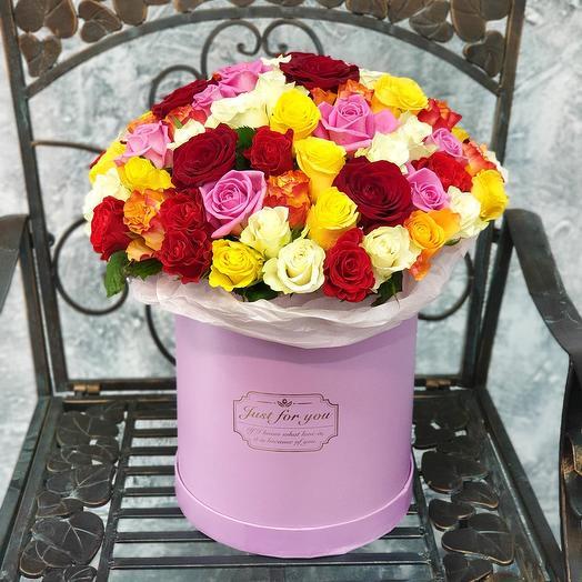Большой букет из разноцветных роз в шляпной коробке
