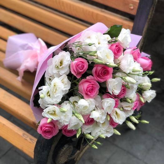 Белые эустомы с розовыми розами