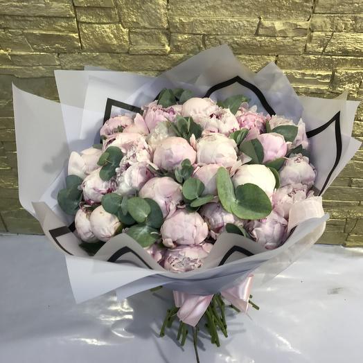 35 розовых пионов в дизайнерской пленке: букеты цветов на заказ Flowwow