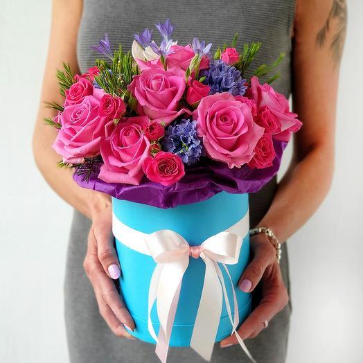 Яркая голубая коробочка из роз