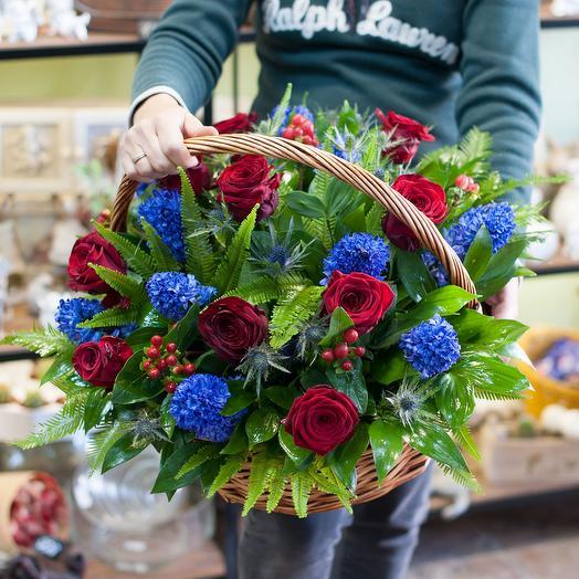 Корзина из красных роз и синих гиацинтов