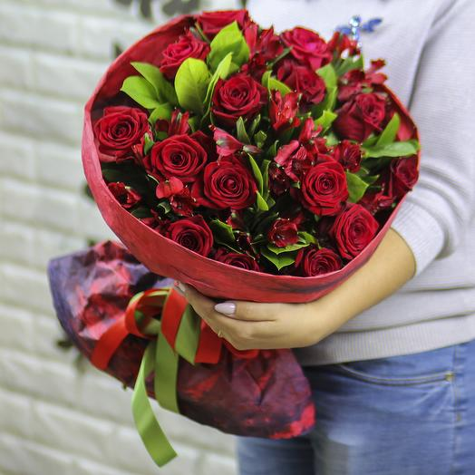 15 красных роз с альстромерией в крафте: букеты цветов на заказ Flowwow
