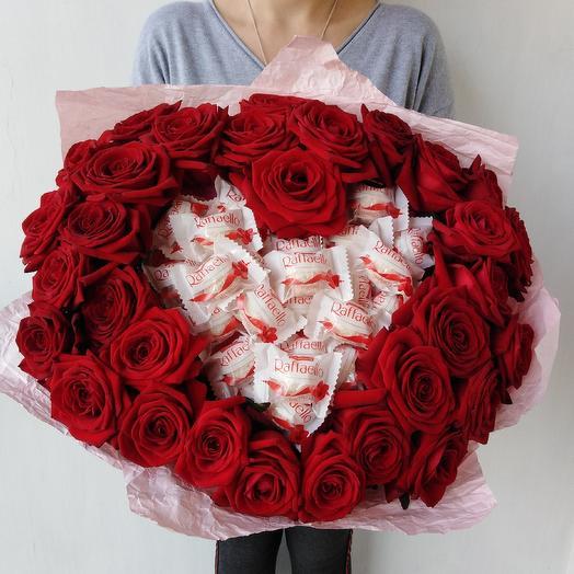 Прекрасное сердце из красных роз и раффаэлло: букеты цветов на заказ Flowwow