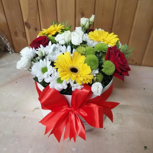 Композиция в коробке из роз, хризантем и гербер
