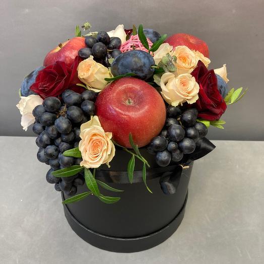 Цветы и фрукты в коробке