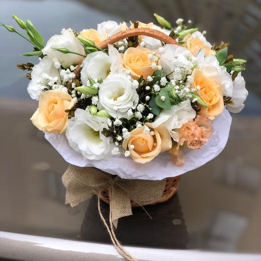 Корзина с цветами «Нежный персик»