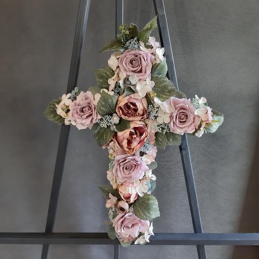 Четырехконечный крест из искусственных цветов