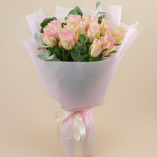 Монобукет из 15 роз Пинк Атена с эвкалиптом