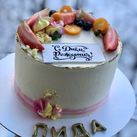 Торт с ягодами и открыткой на сахарной бумаге