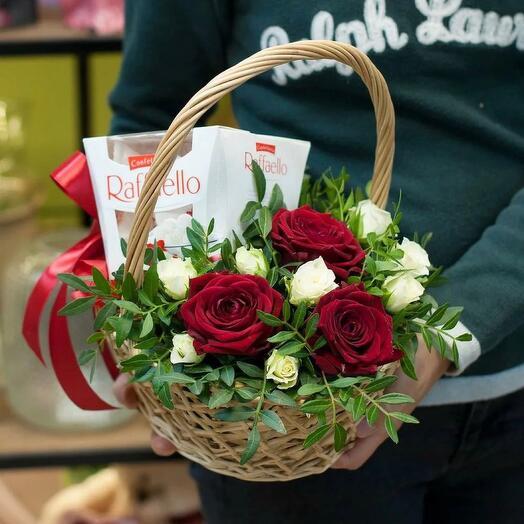 Корзина с цветами и Rafaello