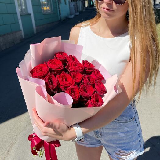 15 красных роз 60 см в оформление
