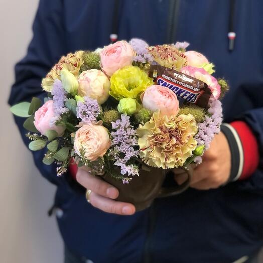 Чашка с цветами и конфеткой